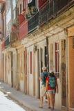 Touristes dans la ville images stock