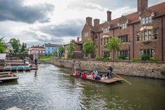 Touristes dans le bateau sur le canal, Cambridge, Angleterre, 21ème de mai 2017 Photos libres de droits