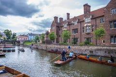 Touristes dans le bateau sur le canal, Cambridge, Angleterre, 21ème de mai 2017 Photos stock