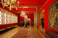 Touristes dans le grand palais en bois dans Kolomenskye Photos stock