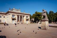 Touristes dans le Lazienki Royal Palace à Varsovie Image stock