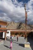 Touristes dans le monastère de Hemis Images libres de droits