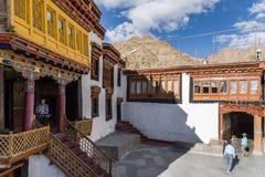 Touristes dans le monastère de Hemis Image libre de droits