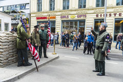 Touristes dans le point de contrôle Charlie à Berlin, Allemagne Image stock