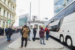 Touristes dans le point de contrôle Charlie à Berlin, Allemagne Image libre de droits