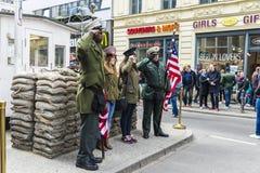 Touristes dans le point de contrôle Charlie à Berlin, Allemagne Images stock