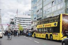 Touristes dans le point de contrôle Charlie à Berlin, Allemagne Photos libres de droits