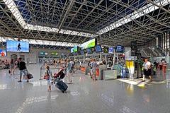 Touristes dans le secteur d'enregistrement de l'aéroport de ville de Sotchi Photographie stock