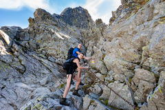 Touristes dans le sedlo Tatra de Bystre images libres de droits