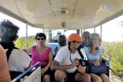 Touristes dans le train de touristes pour visiter les affaires de sel Photos libres de droits