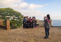Touristes dans les jardins d'Augustus, Capri Photographie stock