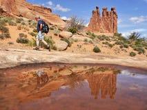 Touristes dans les roches Photos stock