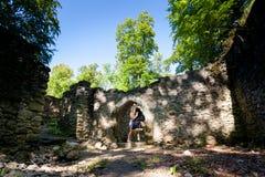 Touristes dans les ruines du château de Sostyn Images libres de droits