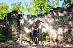 Touristes dans les ruines du château de Sostyn Photo stock