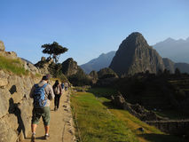 Touristes dans Machu Picchu, Pérou image stock
