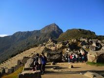 Touristes dans Machu Picchu, Pérou image libre de droits