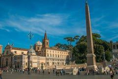 Touristes dans Piazza célèbre del Popolo au centre historique de Rome Photos stock