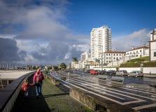 Touristes dans Ponta Delgada images libres de droits
