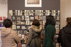 Touristes dans une boutique de souvenirs à Rome Images stock