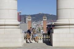 Touristes de Barcelone prenant un selfie près du ` Espanya de Plaça d Images libres de droits