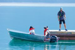 Touristes de bateau dans le lac de minnewanka Photographie stock libre de droits