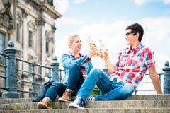 Touristes de Berlin appréciant la vue de l'île de musée avec de la bière Photographie stock