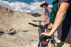 Touristes de Bycikle en montagne de Himalya Photographie stock libre de droits