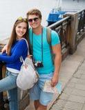 Touristes de couples dans une ville Photographie stock