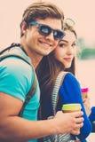 Touristes de couples dans une ville Photographie stock libre de droits