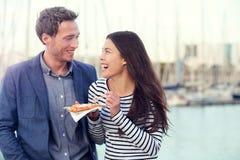 Touristes de couples de datation mangeant des gaufres la date Image stock