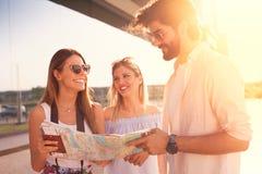 Touristes de déplacement heureux visitant le pays, l'Europe, amitié, voyage Images libres de droits