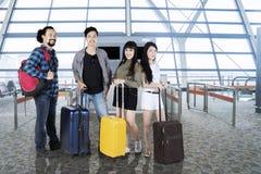 Touristes de diversité avec des valises à l'aéroport Photographie stock