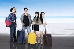 Touristes de diversité avec des valises sur la plage Photo libre de droits
