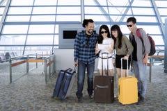 Touristes de diversité avec le comprimé dans l'aéroport Images libres de droits