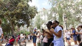 Touristes de diversité serrés à Barcelone banque de vidéos