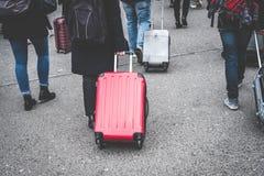 Touristes de groupe avec la valise de roulement/chariot, concept de voyage photo libre de droits