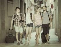 Touristes de Hppy à la rue avec le bagage image libre de droits