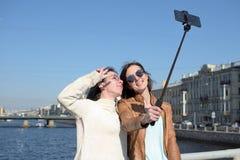 Touristes de jeunes dames dans le St Petersbourg Russie prendre des selfies sur un pont en bois au centre de la ville historique photo libre de droits