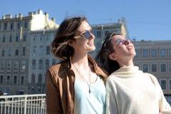 Touristes de jeunes dames dans le St Petersbourg Russie prendre des selfies sur un pont en bois au centre de la ville historique images stock