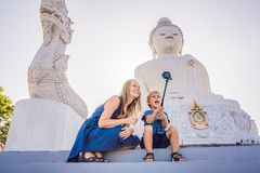 Touristes de mère et de fils sur la grande statue de Bouddha A été construit sur un sommet élevé de Phuket Thaïlande peut être vu images libres de droits