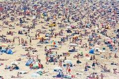 Touristes de masse d'été sur les plages européennes image stock