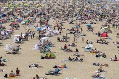 Touristes de masse d'été sur les plages européennes photographie stock