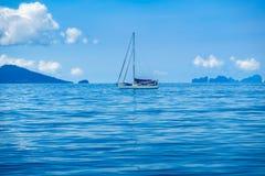 Touristes de navigation en mer d'Andaman l'Océan Indien Photos stock