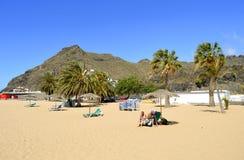 Touristes de plage de Teresitas sur la plage appréciant le soleil Photos libres de droits