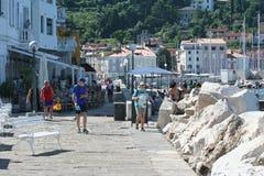 Touristes de rivage de Piran photos libres de droits