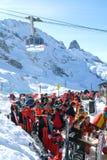 Touristes de Sci buvant et mangeant à un restaurant au-dessus d'Engelgerg Images libres de droits