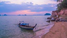 Touristes de service de bateau de Longtail à Lam Jamoogkwy Photographie stock