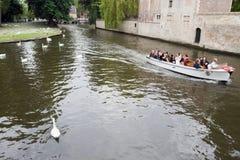 Touristes de transport de bateau de visite à Bruges Images stock