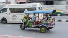 Touristes de Tuc Tuc Driving autour à Bangkok, Thaïlande images stock