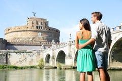 Touristes de voyage de Rome par Castel Sant ' Angelo Images stock